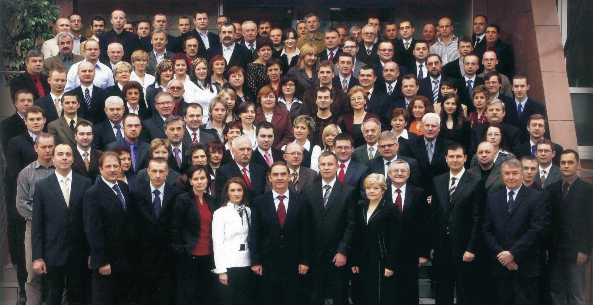 Pracownicy Unibep SA. Zdjęcie wykonane przed siedzibą firmy w Bielsku Podlaskim z okazji wejścia spółki na Giełdę Papierów Wartościowych w Warszawie rok 2008.